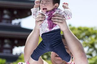 Japán fesztivál, ahol sumobirkózok siratják meg a csecsemőket.