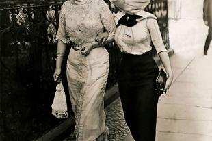 Maszkot viselő emberek az 1918-as spanyolnátha idején.