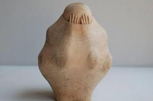Ming-Chin Tung tajvani szobrász fából faragja ki a Láthatatlant.