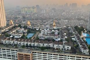 Falu, egy tízemeletes épület tetején