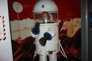 Űrhajós és pilótaruhák a múlt századból.