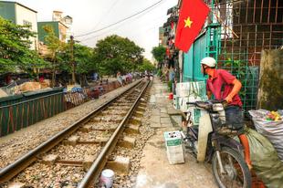 Vasúti pálya Hanoi szűk utcáiban.