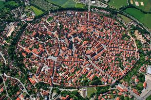 Nördlingen a meteoritkráterbe épült város.