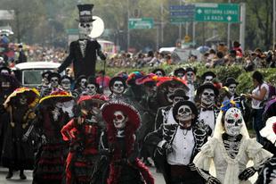 Halottak napi parádé Mexikóvárosban