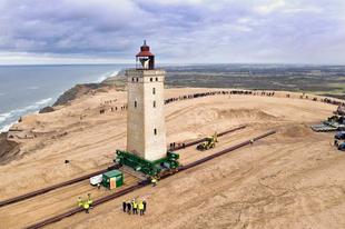 65 méterrel vittek odébb egy 720 tonnás dán világítótornyot.