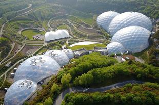 Trópusi táj a hatalmas buborékokban