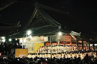 Tízezer meztelen férfi a Hadaka Macuri fesztiválon japánban.