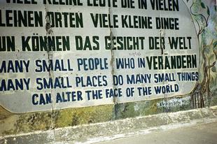 East Side Gallery a Berlini fal még álló szakasza.