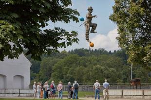 Jerzy Kędziora egyensúlyozó szobrai.