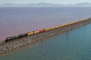 Közúti és vasúti útvonalak nagy vizeken.