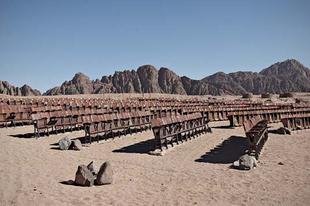 Szabadtéri mozi a sivatag közepén.