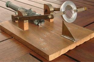 Egy furcsa eszköz - ebéd idő jelző mini ágyú.