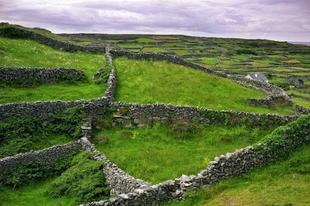 Különleges kőfalak Írországban.