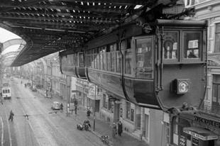 A Wuppertali függővasút az 1940-es években.
