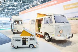 Legóból készült életnagyságú Volkswagen T2 lakóbusz.