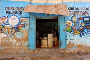 Színesre festett üzletek Szomáliában