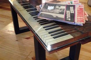 Kreatív bútorok régi zongorákból.