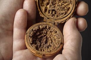 Csodás 16. századi miniatűr vallási fafaragványok.