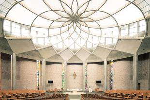 Modern templomok belső terei.