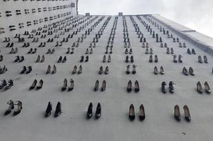 440 cipővel emlékeznek azokra a nőkre, akiket férjük gyilkolt meg tavaly.