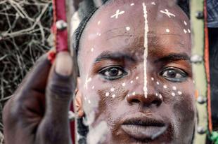 A bororo törzs, ahol a férfiak órákon át készítik a hajukat és a sminkjüket, hogy lenyűgözzék a nőket.