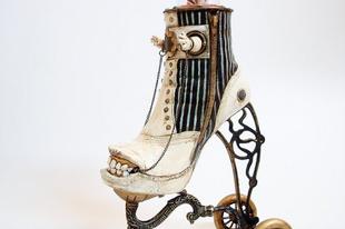 Extravagáns cipőszobrok