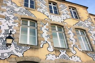 A lengyel művész csipkemintával dekorálja a városok utcáit.