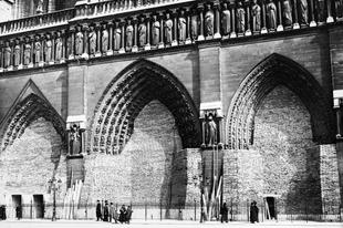 A második világháborúban homokzsákokkal védték a Notre Dame-ot.