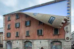 Alex Chinneck optikai illuziót keltő épülete.