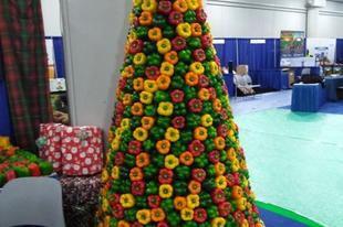 24 karácsonyfa, melyeket kreatív emberek építettek a munkahelyükön.