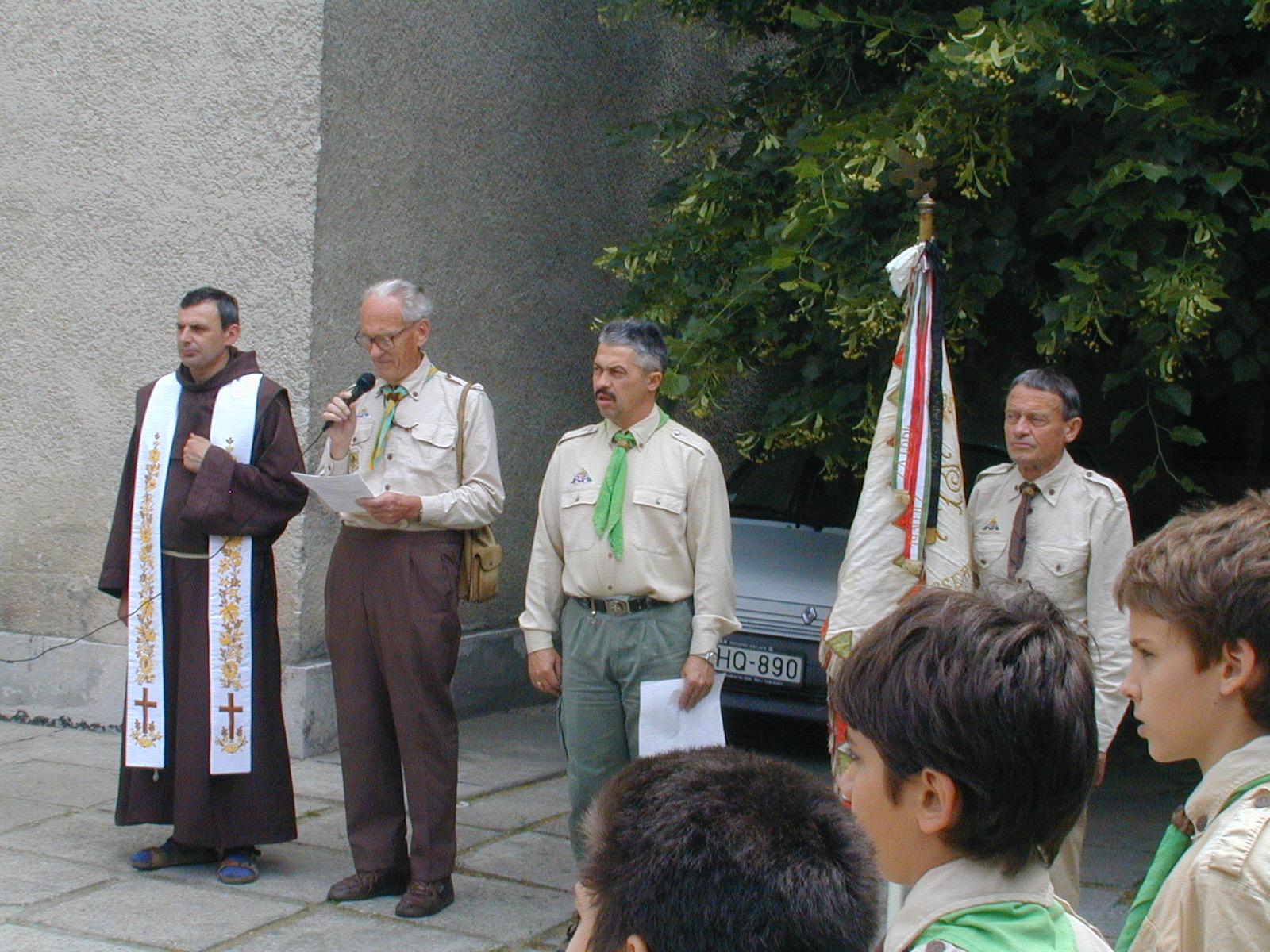 1999-es fogadalomtételen a templomkertben