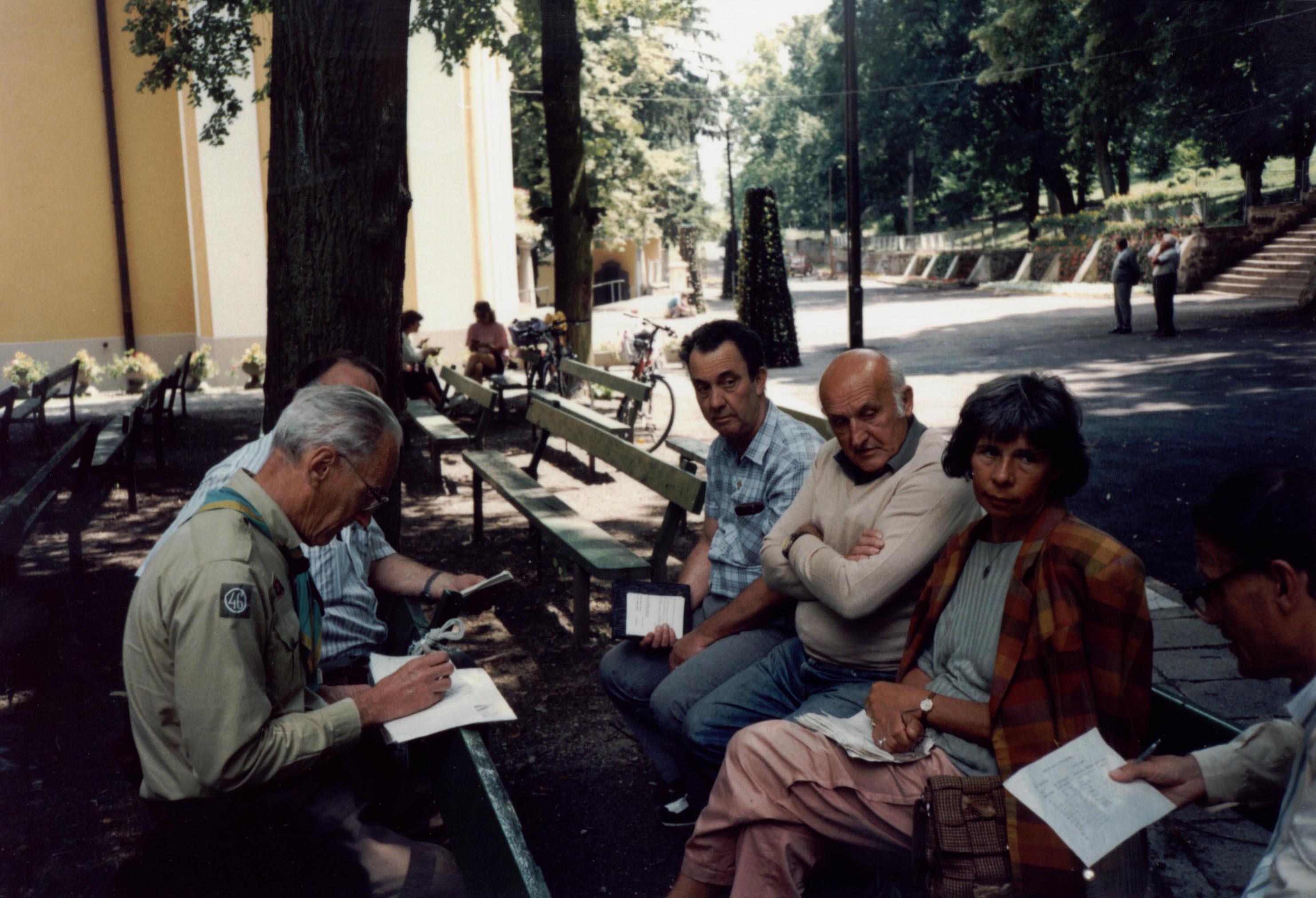 Öregek Tanácsa, a kép sarkában Gyurka bá: az 1996-os mátraverebély-szentkúti cserkésztábor akadályversenyének tervezése