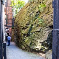 Ez az óriási szikla valahogy ott maradt Manhattan utcáin