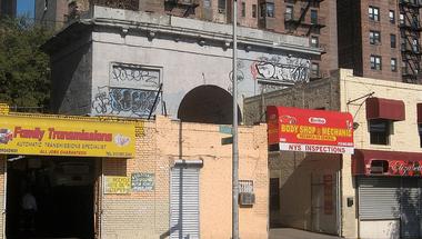 Környezetidegen rom pusztul a Broadway-n
