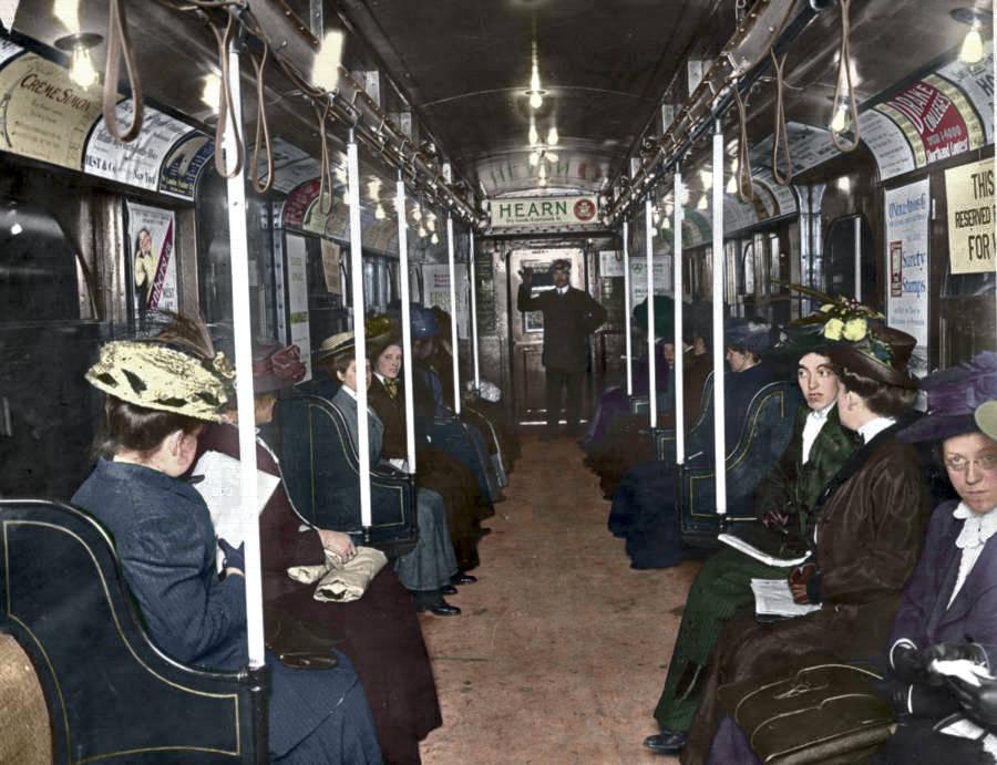 1910_korul_metrokocsiban.jpg