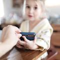 Agresszió, pornó, függőség: A kisgyerekes szülők rettegnek az okostelefonoktól