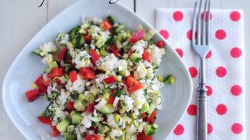 Könnyű salátavacsorák: Kapros-zöldséges rizssaláta