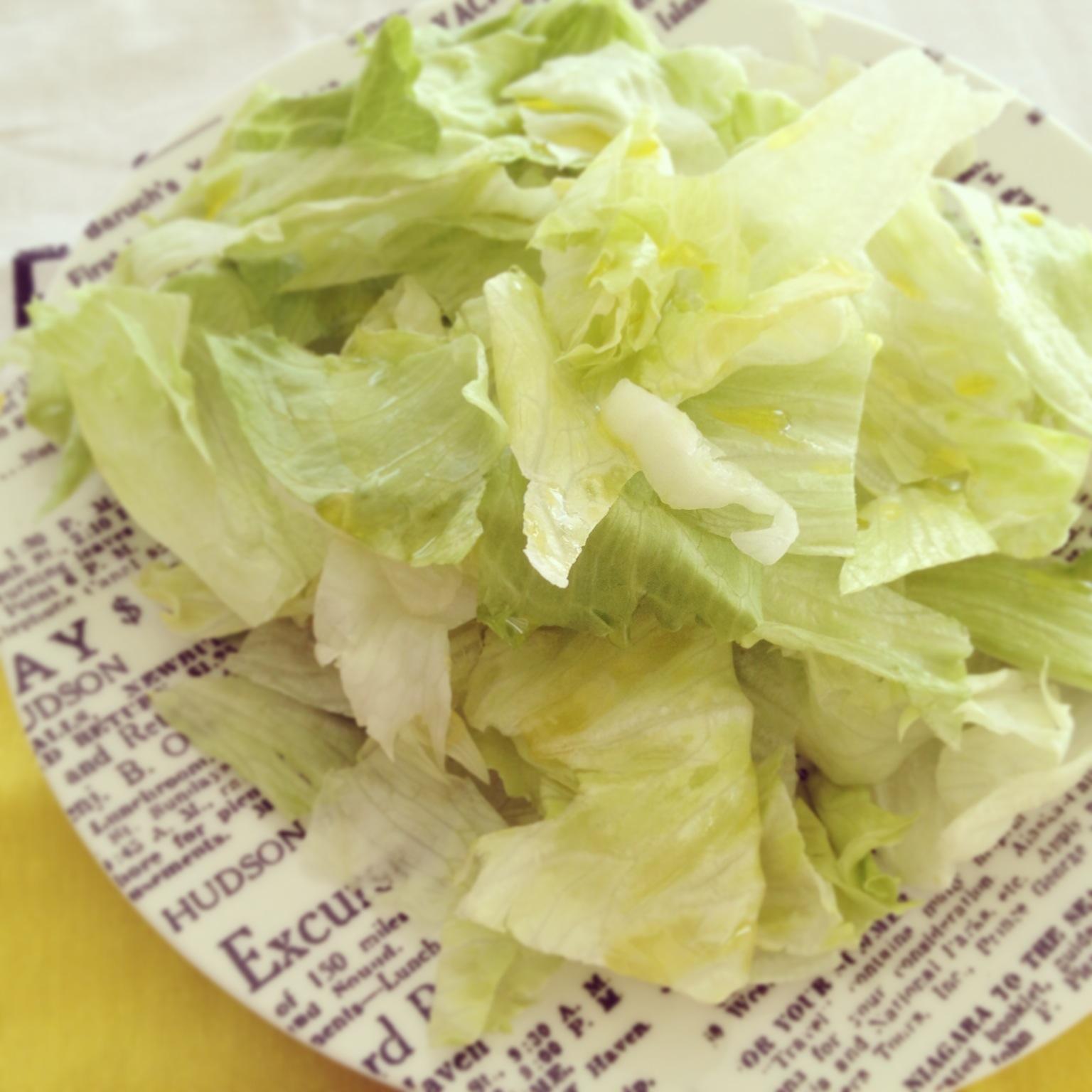 egyszerű saláta olívaolajjal a legfinomabb köret a krumplis-petrezselymes burgerhez