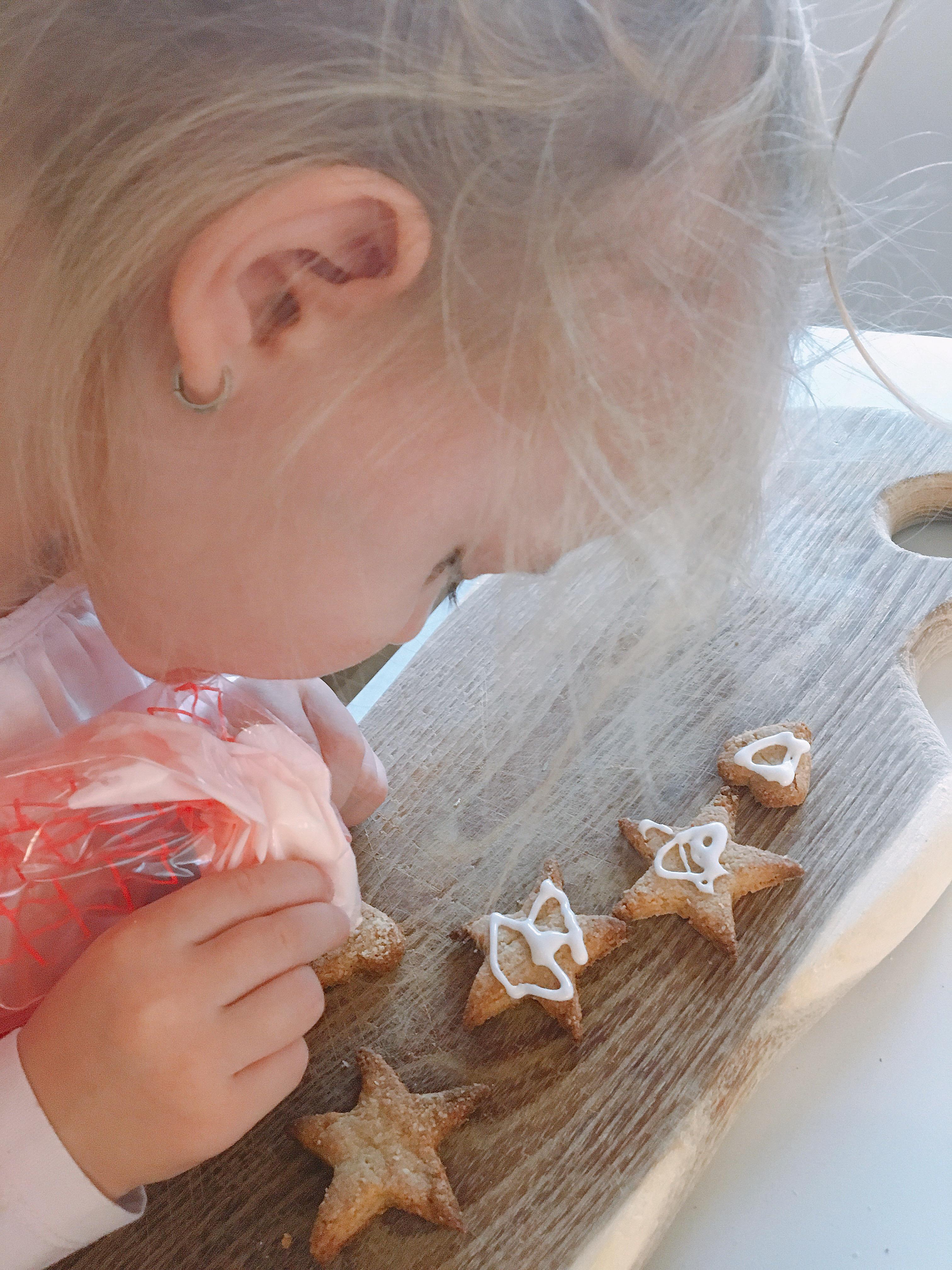 gyerekjatek-a-mezeskalacskeksz-diszitese.JPG