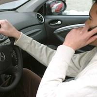 Tényleg olyan veszélyes vezetés közben telefonálni?