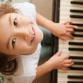 Hogyan fejleszti a nyelvi készségeket a zene?
