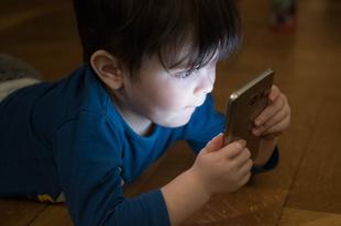"""""""Hol szabjak határt a gyerekem kütyüzésében?"""" - Az internet és a digitális világ előnyei és hátrányai a gyerekek életében"""