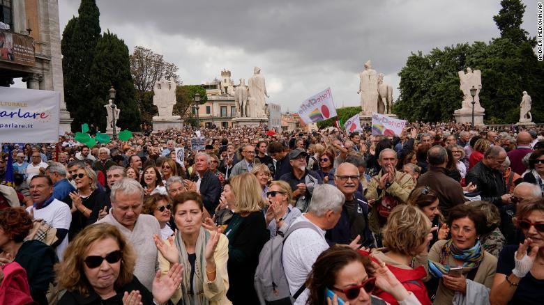 181027100759-02-rome-protests-1027-exlarge-169-sk2mdhjaehidc.jpg