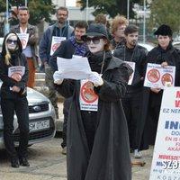 Performansszal tiltakoztak a szatmári színészek fizetésük késése miatt