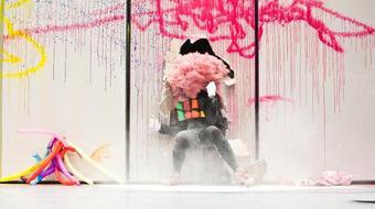 Fröcskölik a festéket literszám - Miet Warlop a Trafóban