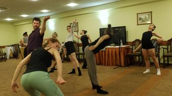 Indulnak a kezek és a lábak a Közép-Európa Táncszínházban