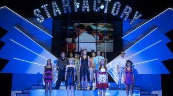 A tehetségkutatók világát bemutató darab és igazi vetélkedő a Pannon Várszínházban