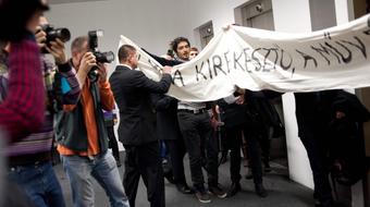 """Tiltakozók zavarták meg az MMA közgyűlését - """"Az MMA kirekesztő, a művészet szabad"""""""