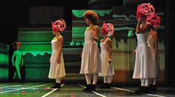 Ajándékokat osztanak a Szegedi Kortárs Balett táncosai
