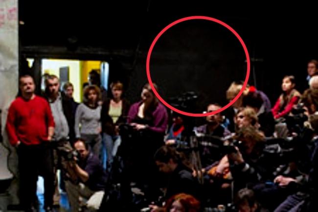 A bekarikázott helyen állt fotósunk - az emlékei szerint, a kinagyított fotó szerint csak egy maszat van a helyén